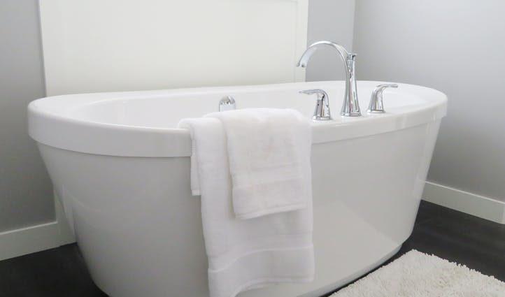 drenopodobna podłoga w łazience